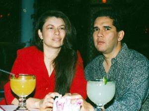 María de los Ángeles Avelar de Galindo y Abel Galindo Escandón en un restaurante de la localidad.
