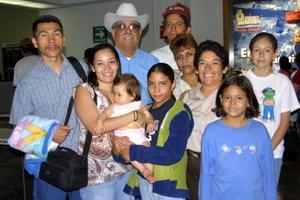 Daniel Zavala, Lourdes Delgado, Jasmine y Don Khamisngsvath y Samanta Favila de Khamisngsvath, fueron captados antes de regresar a Fresno California, los despidieron Miguel Delgado, Rosario Arenas, Cecilia, Cristy y Alma.