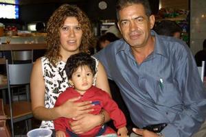 José Antonio Lirra, Laura Elena de Lira y el pequeño Alejandro Lira, antes de viajar a Los Ángeles, California en un viaje de placer.