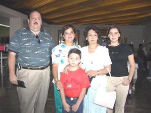 Retornaron a Cancún, luego de visitar a su familia, Guillermo Flores, Marco Antonio Flores, Isabel Flores y Lety de Flores, fueron despedidos por Cuquita Galán.