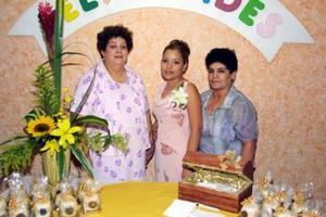Por su próximo enlace nupcial, Zaide Zulema Zúñiga Sandival fue festejada con un convivio ofrecido por Ignacia S. de Zúñiga y Raquel C. de Borballo, quienes la acompañan.