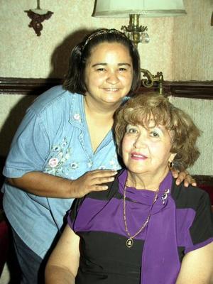 Alfonsina Cruz de Morales en el convivio que le ofrecieron por su cumpleaños, la acompaña su hija Lupita Morales Cruz.