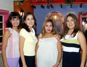 Lupita Andrade de Porras acompañada de Angélica Hernández de Herrera, Yusoni Salcedo y Carmen Andrade Delgado, anfitrionas de su fiesta de despedida