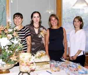Margarita Silveyra acompañada de las organizadoras de su fiesta de despedida, Pilar Beltrán, Cecy Beltrán y Paty de Beltrán.