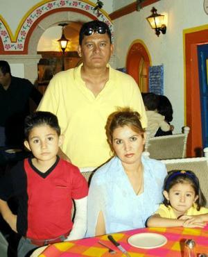 Ángel Estrada y María Teresa Martínez de Estrada con sus hijos en un restaurante de la localidad.