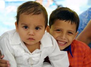 Carlos Alfredo Lafont y Ángel Brandon Porras Navarrete celebraron su séptimo y primer aniversario respectivamente en un convivio.
