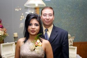 Karla Villajero Meneses y Luis Nieto García en el convivio que les ofrecieron por su próxima boda.