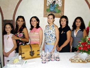 Karla Leticia Barrón con un grupo de damas asistentes a la despedida de soltera que le ofreció Leticia Morales Sánchez, con motivo de su boda con Jesús Gómez a celebrarse el próximo diez de octubre.