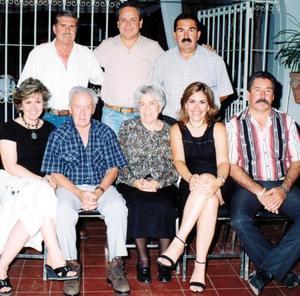 Don Joaquín Pereda Reynés con su esposa doña Ofelia y sus hijos, de pie, Mariano Joaquín y Sergio, sentados, Luis, Coco, Dulce y Manuel Pereda Esquerra.