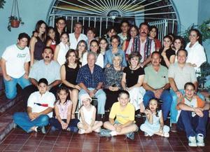 Don Joaquín  Pereda Reynés acompañado de su esposa Ofelia Ezquerra de Pereda, sus hijos, hijos políticos  y nietos, en su agradable fiesta de cumpleaños.