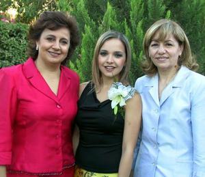 Ale Nahle Zarzar junto a su mamá Alejadra Zarzar de Nahle y Rosario Álvarez de Mijares, en la recepción de bienvenida a la familia Mijares, que le ofrecieron recientemente.