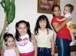 Mónica Sofía Martínez Moreno aparece con familiares asistentes al convivio que le ofreció con motivo de su onomástico su mamá Mónica Moreno Balderas.