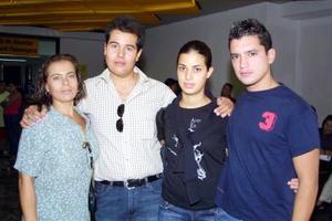 Lorena Armendáriz viajó a Canadá  donde continuará con sus estudios, fue despedida por Rosana Celayo, Roberto Barranco y Juan Armendaríz.