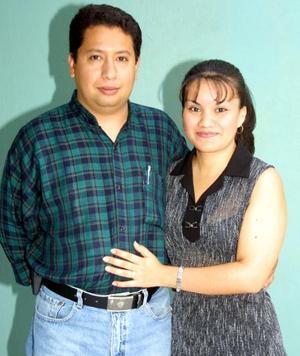 <b> 21 de agosto </b> <P> José Guadalupe Pérez Picazi y Leticia García Escobar, en la despedida de solteros que les ofrecieron por su próxima boda.