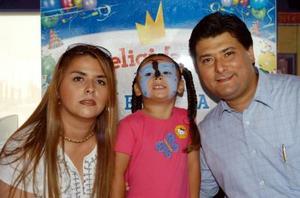 Renata Stefany Muñoz Carlos con sus papás Alba Carlos de Muñoz y Juan Muñoz en el convivio que le ofrecieron por su cuarto aniversario.