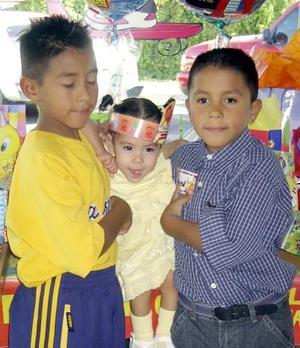 Rubén y Carlos Coronado celebraron su séptimo y octavo onomástico, respectivamente con un convivio ofrecido por su s Rubén Coronadoy Guadalupe Romo, los acompaña su hermanito.