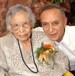 100 años cumplió doña María Vázquez de Romo, quien aparece junto a su hijo, el Lic. Carlos Romo.