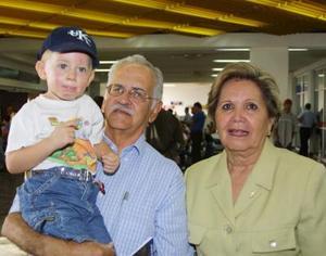 Rodolfo Campuzano y Rosa Velia de Campuzano viajaron a México para visitar a sus hijos, fueron despedidos por su nieto Federico von Bertrab Campuzano.
