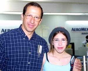 Para asistir a una reunión de notarios, se trasladó a México Fernando Cárdenas, lo acompañó su hija Ale Cárdenas.