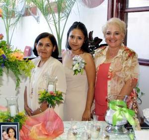 Norma Delgado Lozano se mostró contenta en la despedida de soltera que le ofrecieron María del Rosario de Delgado y Milagros de Salas quienes la acompañan