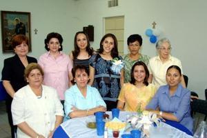 Andrea González de Villarreal con un grupo de damas asistentes a su fiesta de canastilla celebrada recientemente.