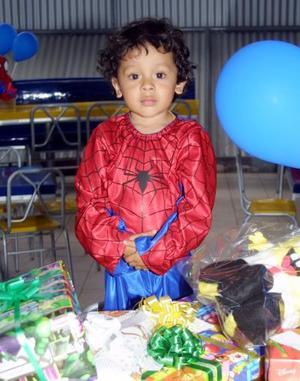 Con un traje de El Hombre Araña el niño Arturo Alvarado Álvarez acudió a una fiesta de tres años preparada por sus papás Arturo Alvarado y Graciela de Alvarado