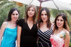 Gaby Díaz de León Maisterrena con sus hermanas Luly , Karla y Adriana quienes la acompañaron en su fiesta de despedida.