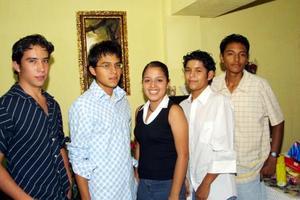 Patricia Arámbula Morales con los jóvenes que la acompañarán como chambelanes en su fiesta de quince años, Francisco Arámbula, César Jair Leal, Irving Israel y Carlos Alberto Ramírez.