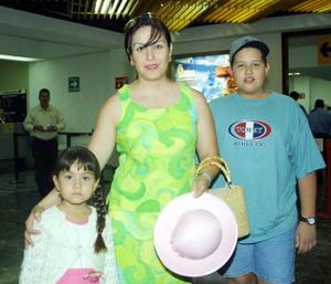 Luego de visitar a la familia Muñoz Sánchez, retornaro de Mérida Diana García, Édgar García y Luis Sánchez de García.