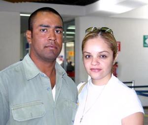 <b> 23 de agosto </b> <p>Para asistir a un curso automotriz partió a Mazatlán Alejandra Sánchez, la despidió su novio René Montellano.