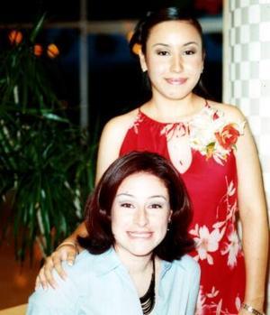 Elba Edith Ramírez Cárdenas fue festejada con un convivio de despedida, la acompaña una de sus amgias