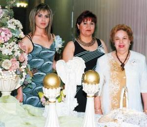 <b> 23 de agosto </b> <p>Valeria Campuzano Velazco con las organizadoras de su convivio de despedida, señoras Julia Velazco Mora y Martha Estela Acuña de Gómez.