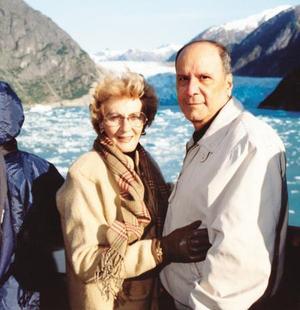 Con motivo de sus 50 años de matrimonio celebrado el pasado ocho de agosto, el Dr. Francisco Balderrama Ruiz y Peggy de Balderrama realizaron un crucer por Alaska.