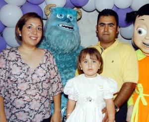 <b>23  de agosto </b> <p> Michelle Solís Rodríguez con sus papás Anabell Rodríguez y Rubén Darío Solís en la fiesta que le ofrecieron por sus tres años de vida.