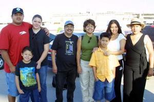 Arnulfo, Éfren, Diana, Sheyla e Isaías Urrutia viajaron a Las Vegas; Nevada fueron despedidos por Laura Urrutia.