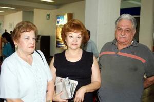 En espera de un familiar procedente de Nicaragua, fueron captados en el aeropuerto local Doroteo Ávila, Irma Vázquez de Ávila y Bertha Vázquez de Moncada.