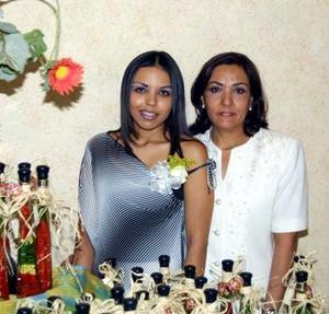 Olga Georgina Darwich Goitia junto a su mamá Olga Goitia de Darwich quien le ofreció una fiesta de despedida