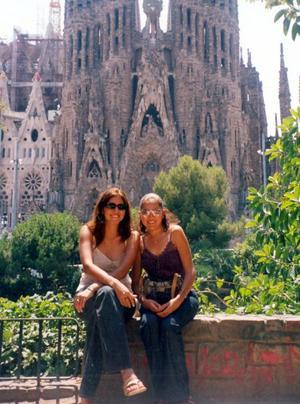 Ana Isabel López Velázquez y Lizbeth Gallardo Castillo, captados en un viaje de estudios  realizado en fecha reciente  a Barcelona España.