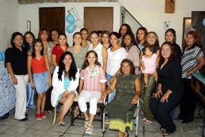 Bianca Valdés Zamarripa espera a su primer bebé y por ello fue festejada con una reunión de regalos a la que acudieron numerosas amistades y familiares