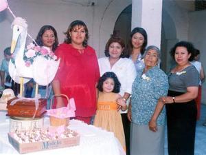 Feliz aparece Irma Lucero, la futura mamá, junto a sus invitadas, Azucena Zavala, Mayela Zavala, Socorro Zavala, Julia Díaz y TAly de Zavala quienes la felicitaron