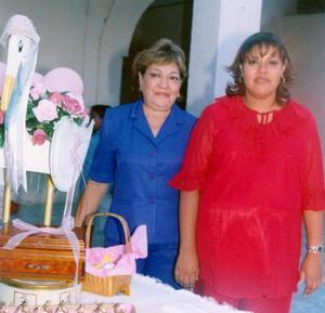 Irma Lucero Saláis de Zavala junto a su tía, Profra. y Lic. Gloria Aguilera Rodríguez.