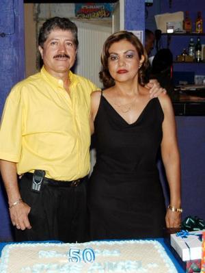 José Angel Flores Cháirez festejó su cumpleaños en  compañía de su esposa María Georgina Favela Salazar, quien le organizó la fiesta.