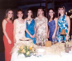 <b> 24 y 25 de agosto </b> <p>  Usua en compañía de su hermana Iasone Belausteguigoitia, su mamá, Alicia, B de Belausteguigoitia, su futura suegra Aurora F. de Martínez, y sus futuras cuñadas Karla y Karina Martínez.