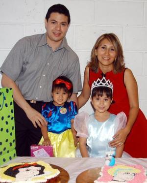 Ana Gaby y Sofía celebraron su quinto y segundo cumpeaños respectivamente al lado de sus padres Alfonso Muñoz y Gaby Otrloqui de Muñoz.