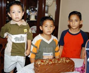 Iván Eduardo Pedroza Frayre festejó su cumpleaños en compañía de sus hermanos Édgar y Óscar.