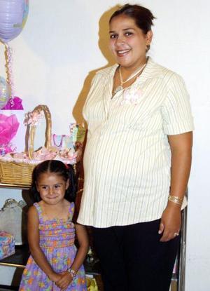 Mónica Cecilia Tinajero de Valderrama acompañada de su hija en la reunión de regalos que le ofrecieron por el próximo nacimiento de su segundo bebé.