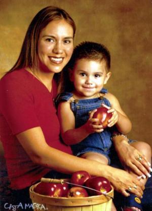 Susy Armas de Ramírez con su hijo Alejandro quien el pasado 20 de agosto cumplió dos años de vida.