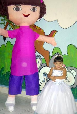 Tres años de edad cumplió Alejandra por lo que sus padres los señores Alejandro Jaramillo y Karla Haydé Flores de Jaramillo le ofercieron una divertida piñata.