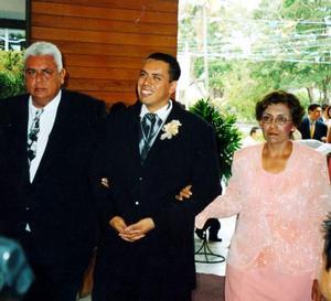 Lic. Juan Zapata Chavarría y Dra María Guadalupe Escalera de Zapata acompañaron a su hijo Juan Francisco el día de su boda