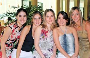 Ana Sofía González Salazar acompañada de sus primas Adriana Niño, Brenda Arriaga, Martha Arriaga y Mariana Salazar el día de su despedida de soltera.